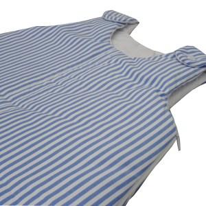 close de saquinho de dormir para bebês listrado azul e branco