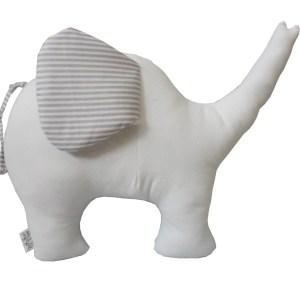 almofada em formato de elefante branca com orelha listrada cinza e branca