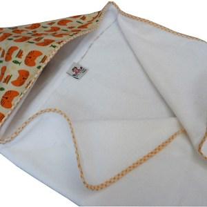 toalha branca com capuz estampado gatinhos laranja