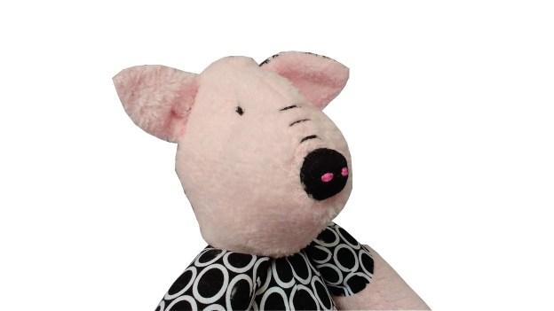 costas de porquinho de pano rosa com detalhes em estampado preto e branco