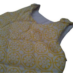 close de saquinho de dormir infantil com estampa branco e amarela