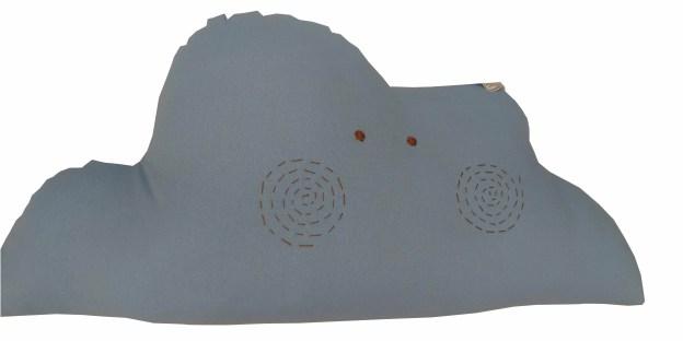 almofada em formato de nuvem azul com rostinho bordado