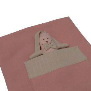 close de manta de lã rosa dobrada com bolso e mini naninha orelhuda