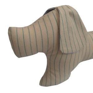 almofada em forma de cachorrinho em tecido linho cru com listras finas azul marinho e tiffany