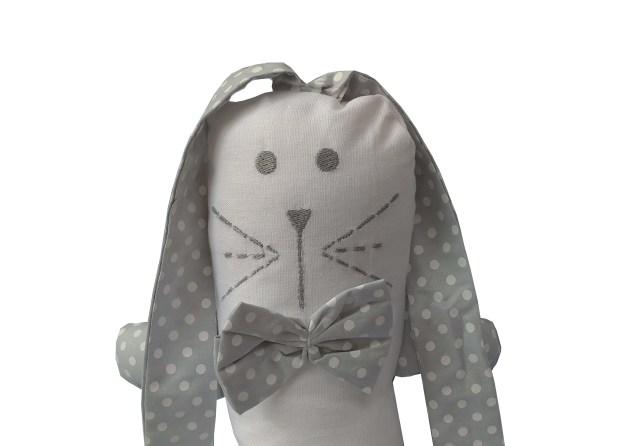 naninha infantil off white com orelhas longas e gravata borboleta cinza estampada com bolas brancas
