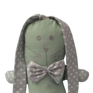 naninha infantil verde menta com orelhas longas e gravata borboleta cinza estampada com bolas brancas