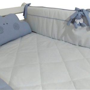 conjunto de berço azul e branco composto por uma lateral com bolso e coelhinho, almofada em formato de nuvem, rolo lateral e edredom