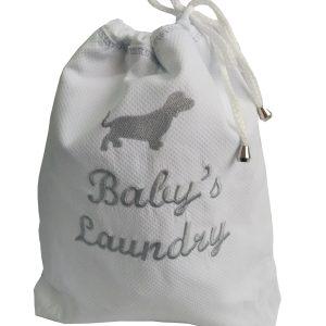 """saquinho para roupa suja em piquet branco com bordado de cachorrinho e frase """"Baby's Laundry"""" em cinza"""