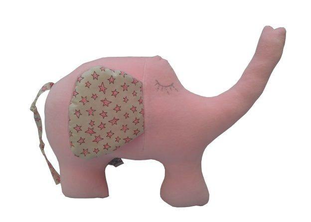 almofada em formato de elefante rosa com orelha em tecido estampado de estrelinhas, possuí olhinho bordado à mão em cinza.