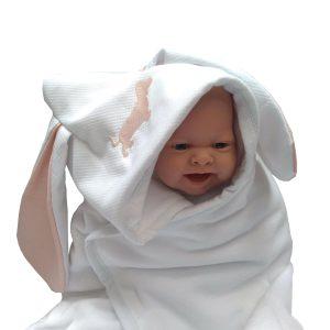 boneca bebê enrolada em toalha fralda infantil branca com capuz bordado cachorrinho rosa claro e orelhas rosa claro