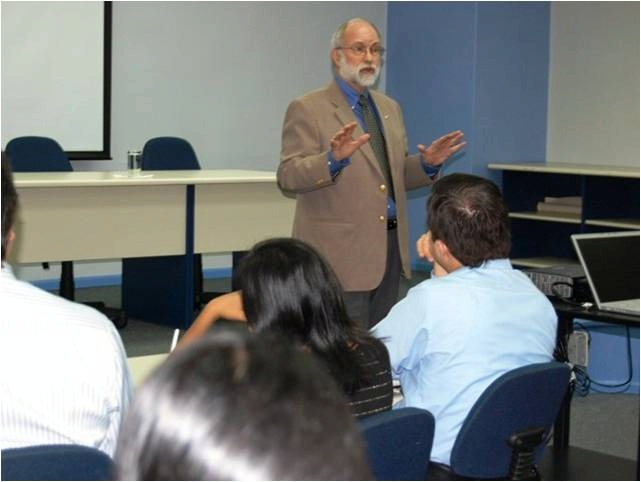 Dr. Stephen Coon, a renowned specialist in journalism, visited several Ecuadorian cities.
