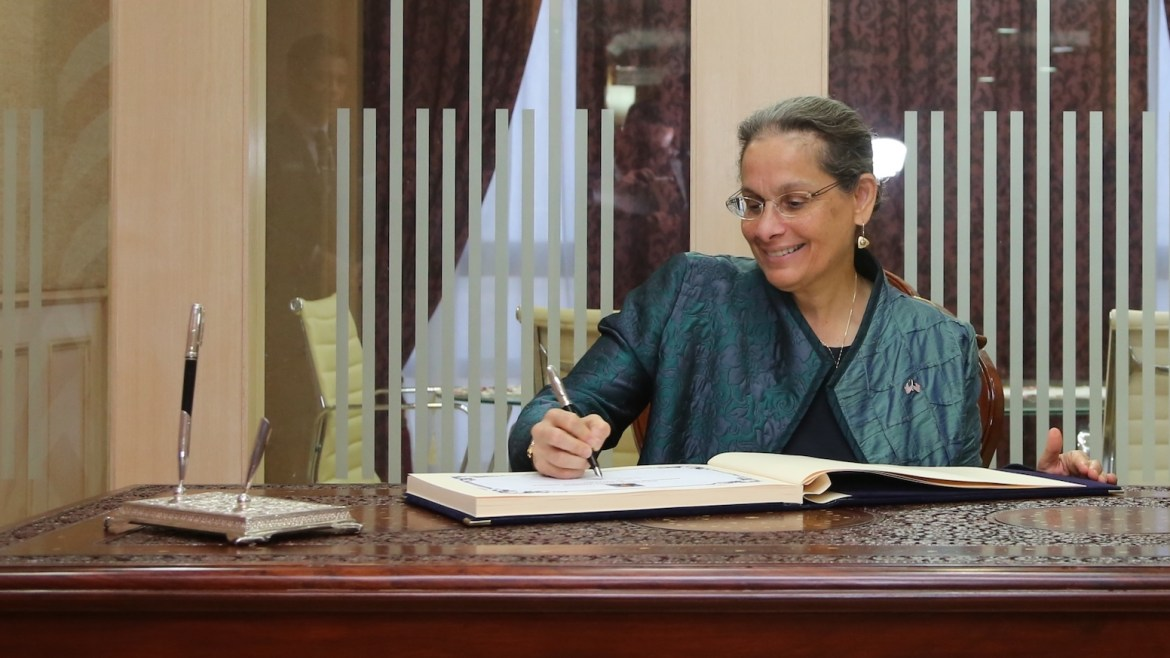 Kamala_Lakhdir_signed_the_guest_book_of_Minister_of_Home_Affairs_Malaysia