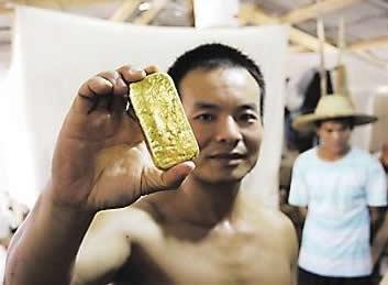 A Shanglin man holding a gold medallion. Photo: news.dnkb.com.cn