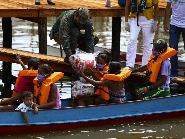 Moradores da comunidade São Sebastião recebem cestas básicas como parte da operação Covid-19. (Marcelo Camargo/Agência Brasil)