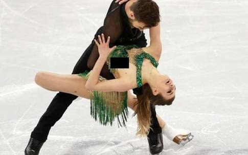 """Atleta """"paga peitinho"""" durante patinação artística"""