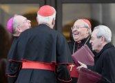 Timothy Dolan e o Cardeal Sandri conversam com outros prelados
