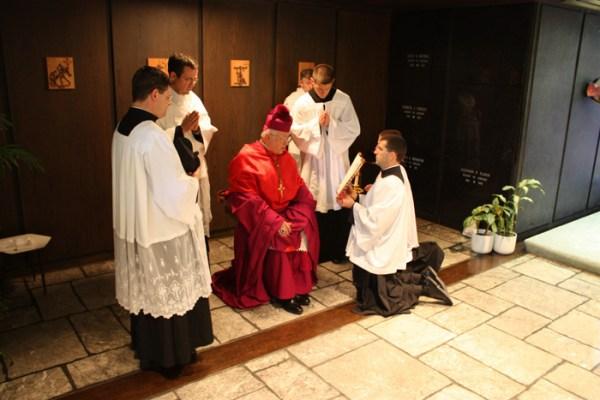 Bispo Fabian Bruskewitz oração sapatos ordenação presbiteral 2009 Fraternidade São Pedro