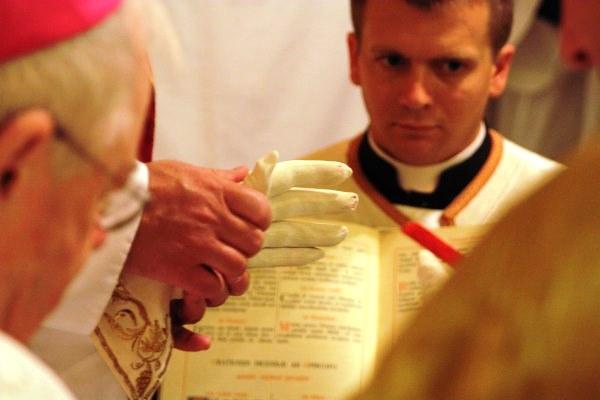 Bispo James Patrick Keleher oração luva ordenação presbiteral 2010 Fraternidade São Pedro
