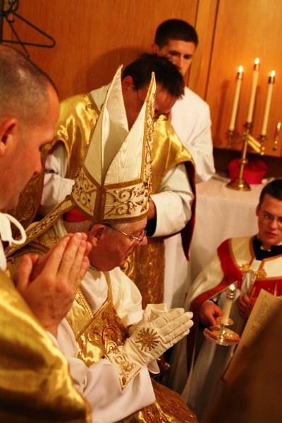 Bispo James Patrick Keleher oração mitra ordenação presbiteral Fraternidade São Pedro