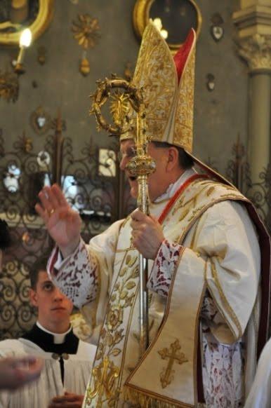 Cardeal Burke bênção final missa pontifical báculo