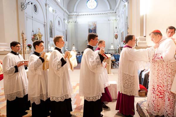 Cardeal Burke paramentação pontifical