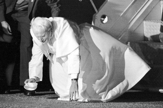 pa João Paulo II beija o chão em sua chegada ao Brasil. São Paulo, 12 de outubro de 1991.