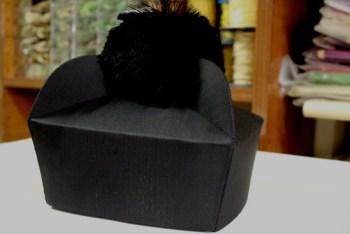 Barrete em seda, de 3 pontas de seda e forrado com algodão, sem ou com floco de seda preta. Para uso litúrgico.