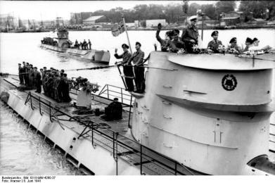 Lorient, U-Boote U-123 und U-201 auslaufend