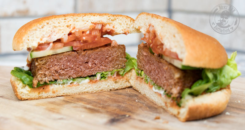 Fertig belegter aufgeschnittener Burger mit Beyond Meat Burger Pattie