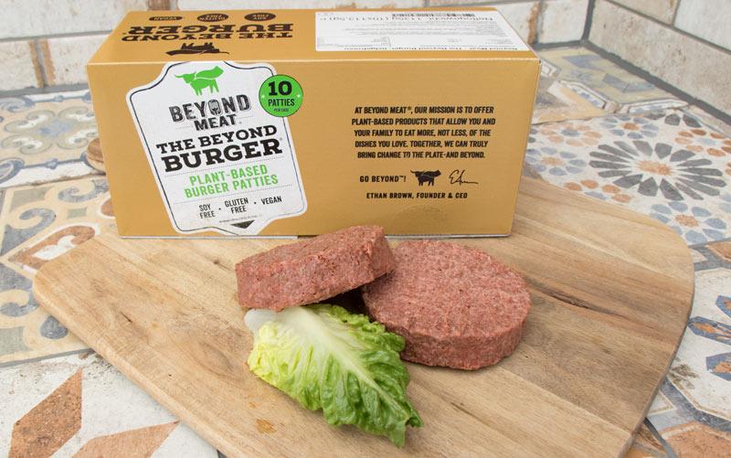 Beyond Meat Karton mit zwei aufgetauten Patties