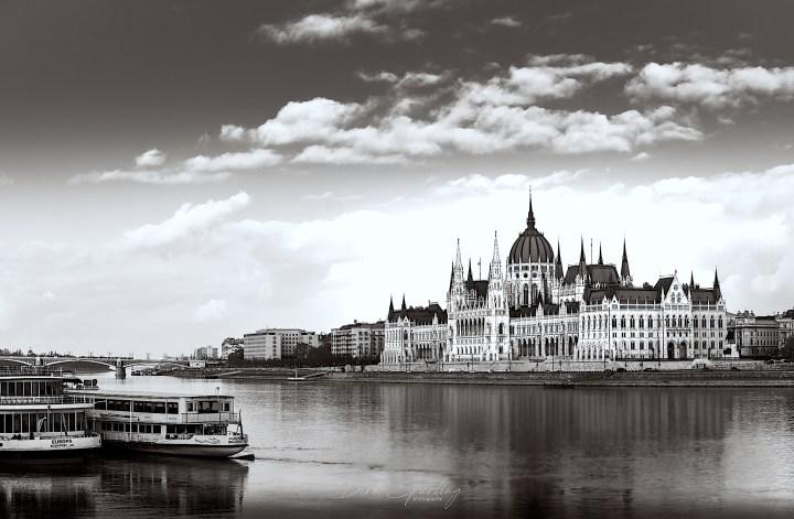 Budapester Parlament in schwarz-weiß