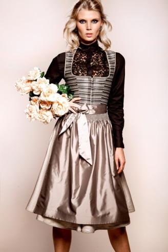 Dirndl mit Seidenschürze und schwarzer Langarmbluse, Kinga Mathe