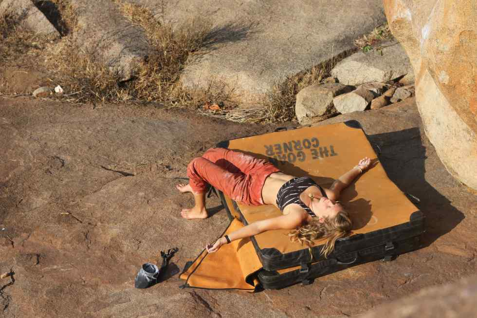 Worn out, bouldering in India, Hampi. Goan corner pad rental