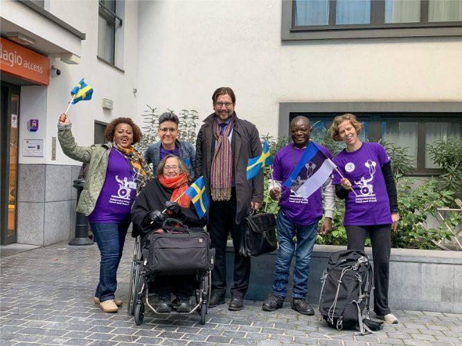 DRW teamet på Bryssel, folk håller flaggor och har på sig t-shirts från freedom drive 2019