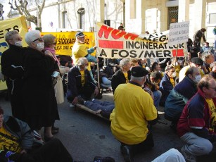 Protesters against the Fos waste incinerator at the end of the 2000's (photo ADPLGF)