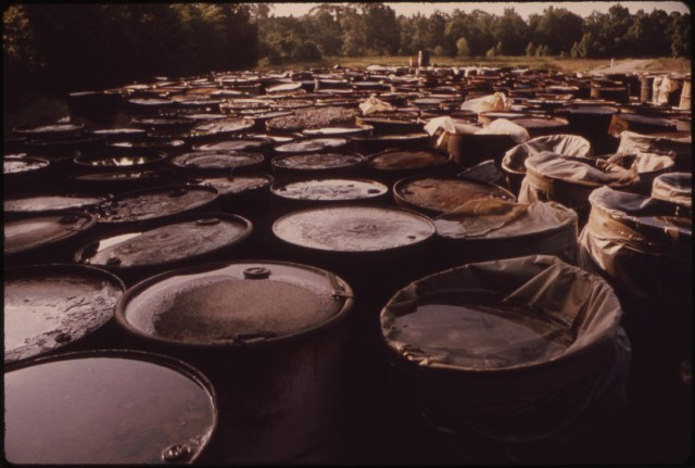 ABOUT_3,000_DRUMS_CONTAINING_HAZARDOUS_INDUSTRIAL_WASTES_HAVE_BEEN_STORED_FOR_SIX_MONTHS_IN_THIS_SWAMPY_FIELD_NEAR..._-_NARA_-_552885