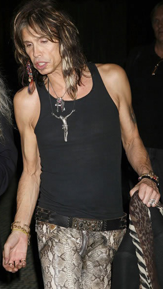 Steven-Tyler-wearing-cross