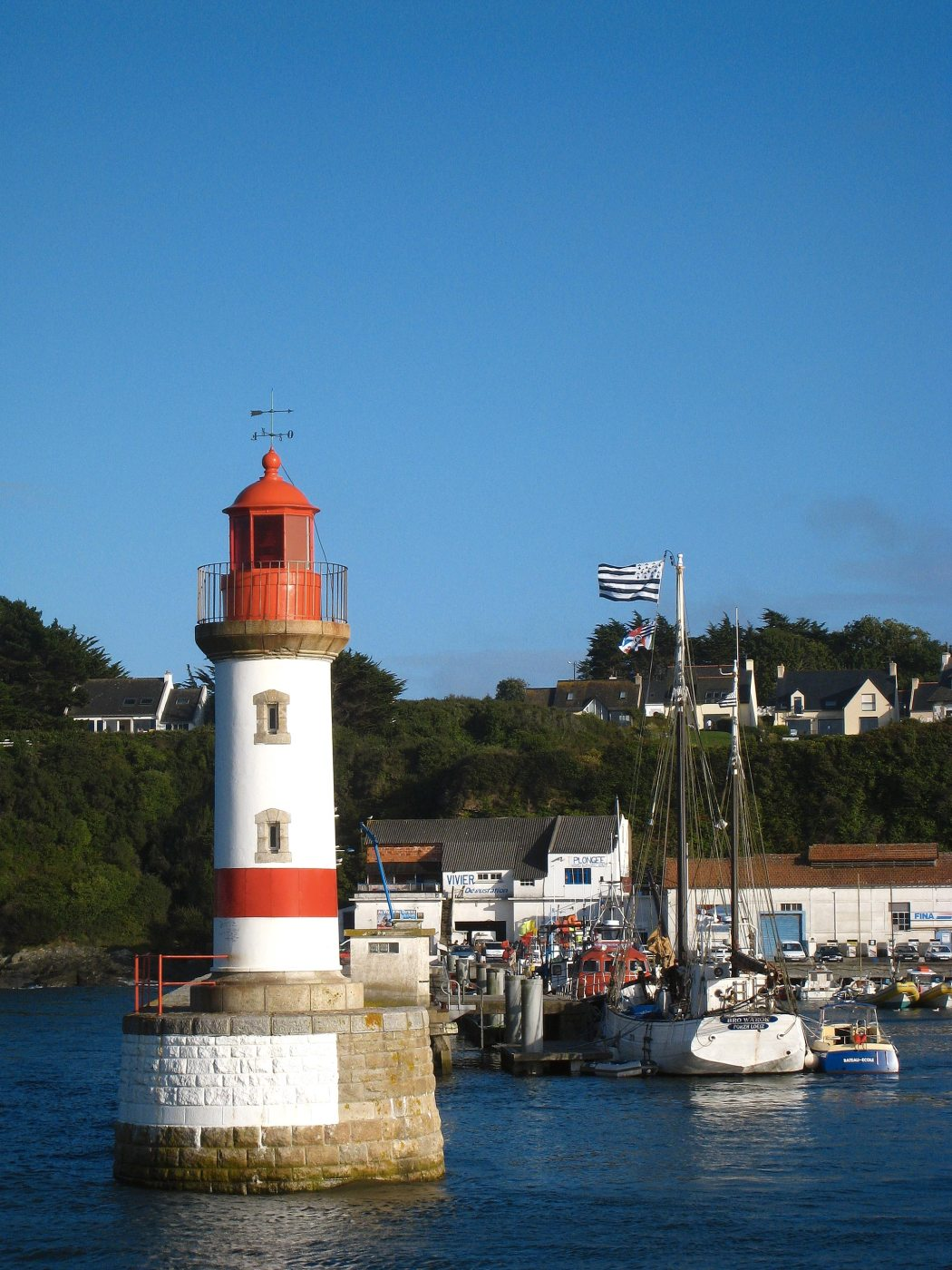 Red lighthouse in Port-Tudy, Discover Groix