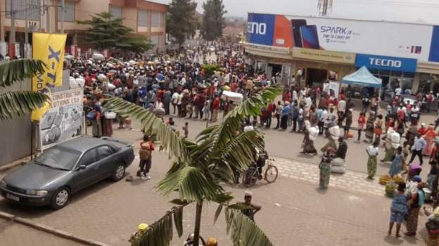 Crowds at the border in Gisenyi where Rwandans are being prevented from going to Goma in DR Congo. Credit/BBC