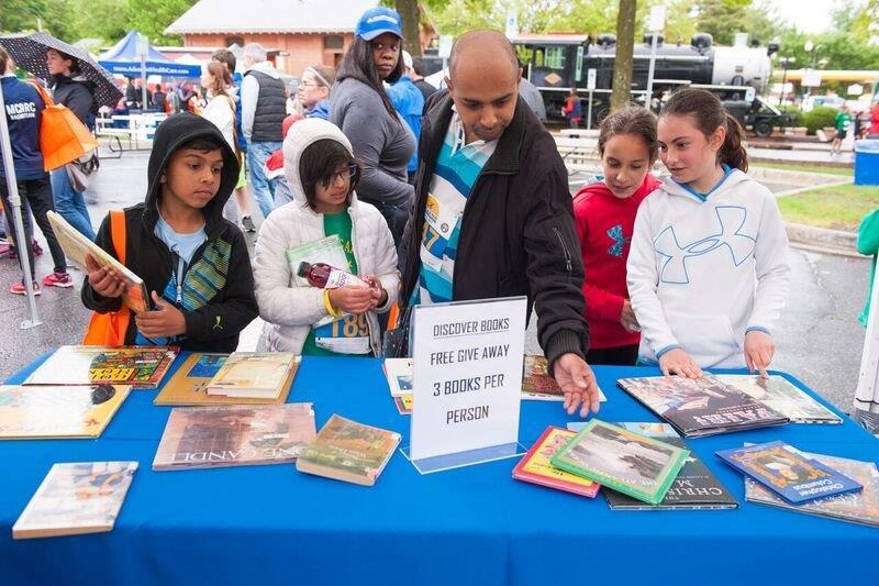 La Milla de Mayo - Book Giveaway Table