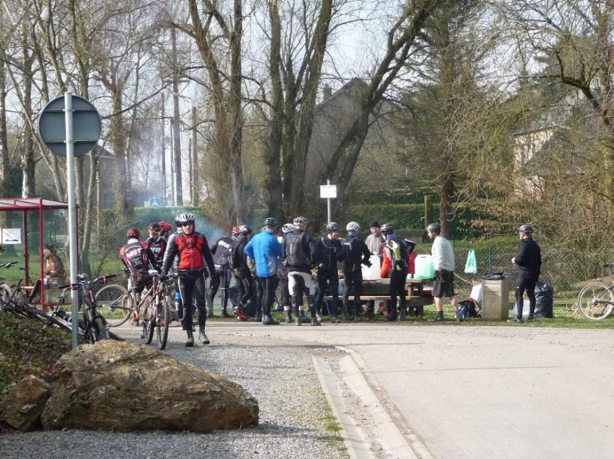 Cyclists near Oneux