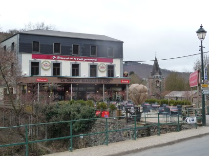 Various restaurants in the village of Coo