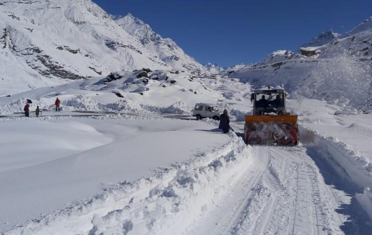 Snow clearance near Rohtang pass