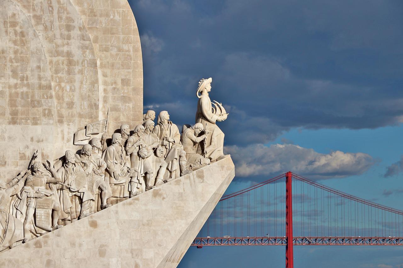 Puente 25 de Abril visto desde el Monumento de los Descubrimientos en Lisboa