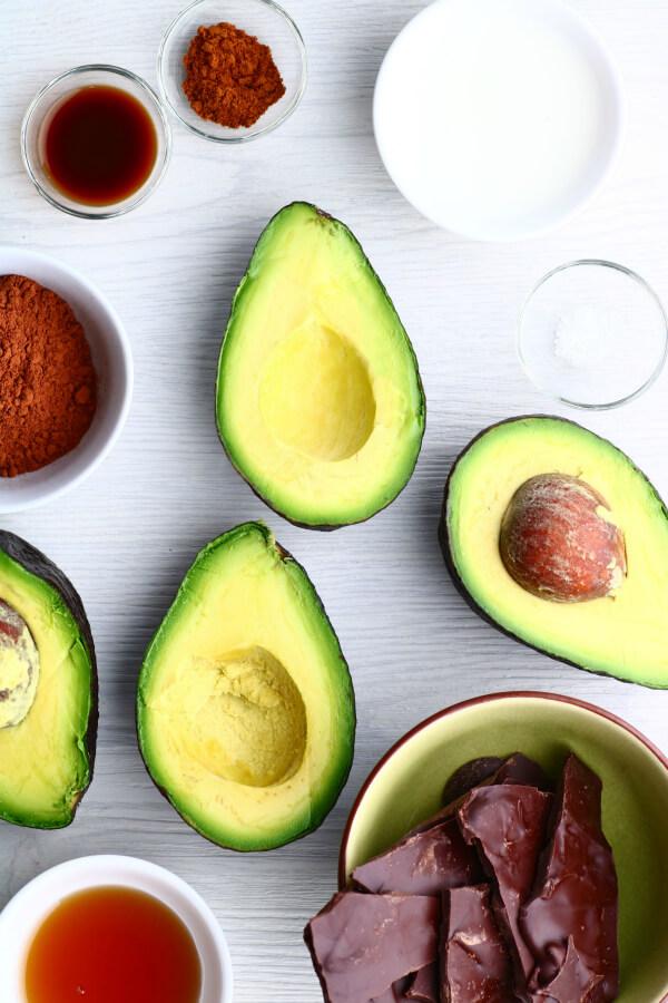 Zutaten für die Herstellung von Schokoladen-Avocado-Mousse.