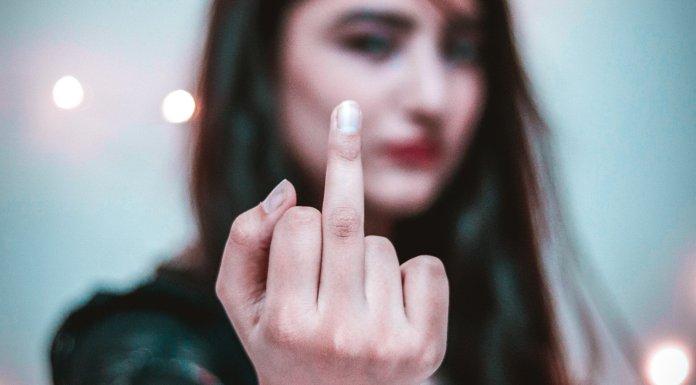 Huyendo de los símbolos y de la indignación