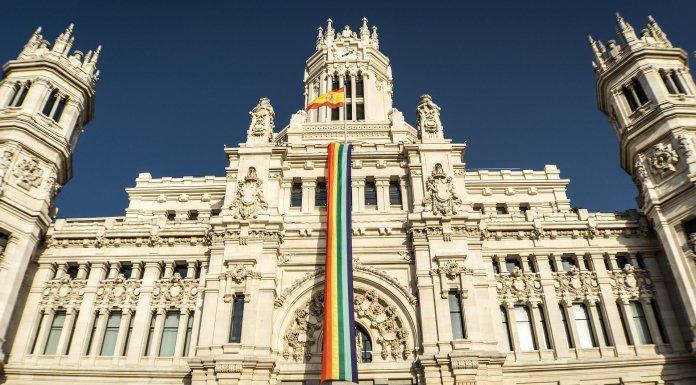Las instituciones y las banderas arcoíris
