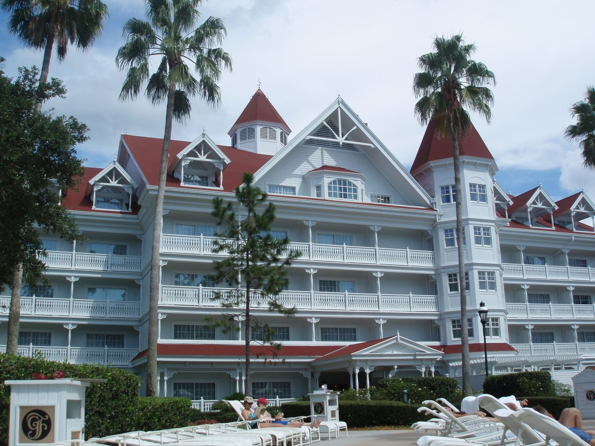 Which Resort Rooms Can Accommodate Five or More Guests?