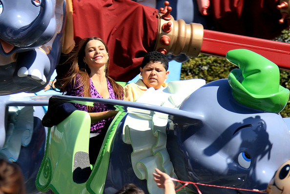 Sofia Vergara Rico Rodriguez Modern Family Disneyland Episode