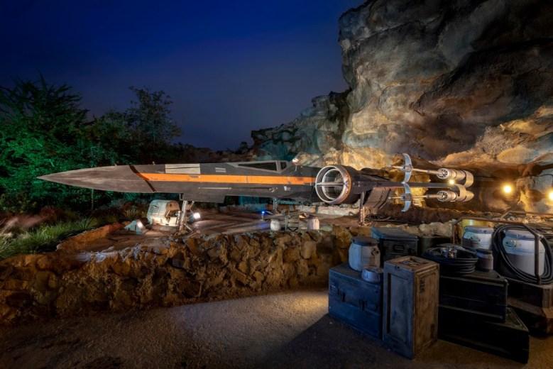 Poe Dameron's X-wing starfighter en Disneylandia, vista de noche